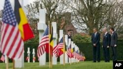 美国总统奥巴马在荷兰国王菲利普和首相迪吕波陪同下凭吊弗兰德斯战场的美国公墓。(2014年3月26日)