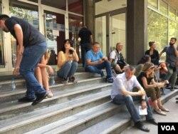 Novinari ispred ulaza u Fakultet političkih nauka tokom održavanja sastanka predstavnika vlasti i opozicije iza zatvorenih vrata, u Beogradu, 9. avgusta 2019.