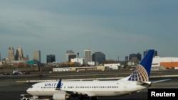 新澤西州紐瓦克自由國際機場上的一架美聯航波音737客機。(資料照片)