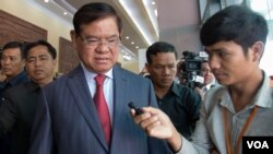 Interior Minister Sar Kheng addresses reporters Friday, August 19, 2016 in Phnom Penh, Cambodia. (Photo: Leng Len/VOA Khmer)