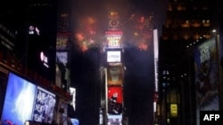 Первые мгновения 2011 года на площади Таймс-Сквер в Нью-Йорке