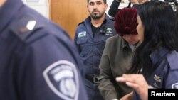Malka Leifer, ancienne directrice d'école recherchée en Australie pour abus sexuels sur des élèves, au tribunal de district de Jérusalem accompagnée de gardes du service pénitentiaire israélien, 14 février 2018. (Reuters/Ronen Zvulun)