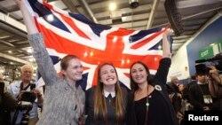 """Defensores del """"No"""" celebran el triunfo ondeando la bandera de la Unión, en Edinburgh."""