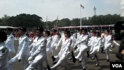 Sang Saka Merah Putih berkibar di halaman Istana Merdeka Jakarta dalam upacara Hari Kemerdekaan (17/8). (VOA/Andylala Waluyo)