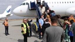 Para pengungsi Afghanistan saat meninggalkan Pristina, Kosovo untuk menuju ke Inggris, Kamis (16/9).