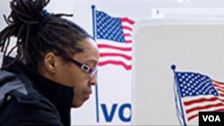 یک زن در شعبه رای گیری.