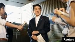 아베 신조 일본 총리가 29일 도쿄 총리관저에서 북한의 탄도미사일 발사 대응 방안을 설명하고 있다. 아베 총리는 도널드 트럼프 미국 대통령과 통화하고 대북 압박을 강화하기로 했다고 밝혔다.