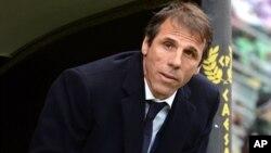 Pelatih Cagliari, Gianfranco Zola, pada pertandingan melawan Palermo, di kandang Palermo, Italia (6/1).