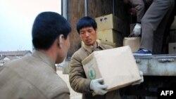 지난 2004년 4월 북한 룡천에서 세계식량계획(WFP)가 긴급 지원한 식량을 옮기고 있다. (자료사진)