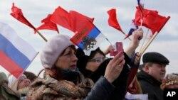 Gradjani Rusije dočekuju vojnike koji se vraćaju iz Sirije