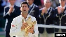 Petenis Serbia, Novak Djokovic meraih gelar juara Wimbledon untuk kedua kalinya, Minggu (6/7).
