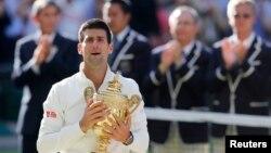 올해 윔블던 테니스 남자 단식에서 우승한 세르비아의 노바크 조코비치 선수가 우승컵을 안고 감격해 하는 모습.