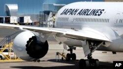 지난 7월 미국 보스턴 로건국제공항에서 일본항공 소속 보잉 787 여객기를 점검 중이다. (자료사진)