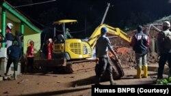 Tim gabungan TNI-Polri dan BPBD Sumedang melakukan pencarian korban di lokasi tanah longsor di Desa Cihanjuang, Kecamatan Cimanggung, Kabupaten Sumedang, Jawa Barat, Sabtu, 9 Januari 2021. (Foto: Humas BNPB).
