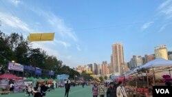 香港全香港最大型的維園年宵市場,今年禁售乾貨及政治宣傳品,顯得相當冷清。(美國之音湯惠芸)
