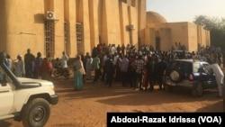 La foule est réunie devant la cour de Justice pour le procès de trafic de bébés, à Niamey, Niger, le 13 mars 2017. (VOA/Abdoul-Razak Idrissa)