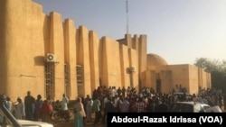 La foule est réunie devant la cour de Justice pour le procès du trafic de bébés, à Niamey, Niger, le 13 mars 2017. (VOA/Abdoul-Razak Idrissa)