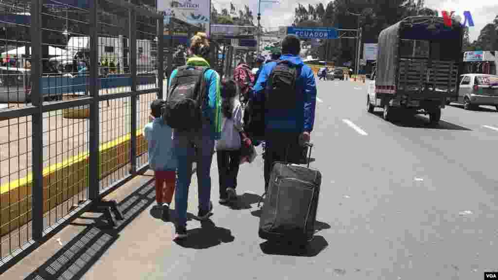 Esta familia venezolana espera cruzar la frontera entre Ecuador y Colombia en su viaje de retorno a Venezuela. (Foto: Alejandra Arredondo/VOA)