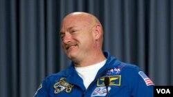 Al astronauta Mark Kelly, esposo de la congresista Gabrielle Giffords, comandará la última misión del Endeavour.