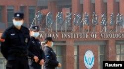 當世衛組織新冠病毒源頭調查組視察武漢病毒研究所期間,中國保安人員在研究所外站崗。(路透社2021年2月3日)