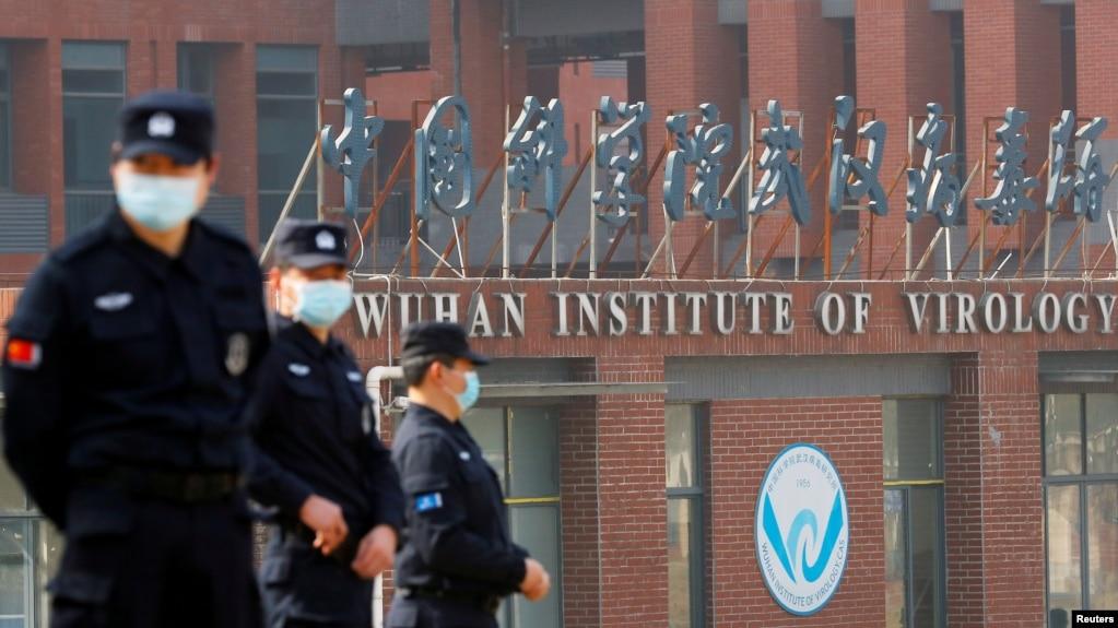 当世卫组织新冠病毒源头调查组视察武汉的中国科学院病毒研究所期间,中国保安人员在研究所外站岗。 (2021年2月3日)(photo:VOA)