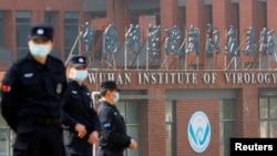 當世衛組織新冠病毒源頭調查組視察武漢的中國科學院病毒研究所期間,中國保安人員在研究所外站崗。 (2021年2月3日)