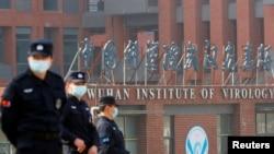 當世衛組織新冠病毒源頭調查組視察武漢的中國科學院病毒研究所期間,中國保安人員在研究所外站崗。(2021年2月3日)
