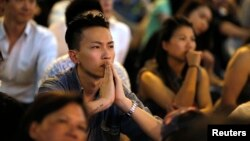 Manifestantes prodemocracia observan las conversaciones entre los líderes de la protesta y oficiales de la ciudad de Hong Kong.