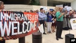 La prohibición temporal del programa de refugiados y de ingreso de ciudadanos de siete países ha generado malestar entre la comunidad inmigrante en EE.UU. muchas de las cuales han salido a protestar a las calles y aeropuertos.