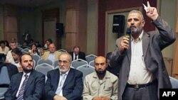 Ông Jamal Al Wadi, từ thành phố Daraa của Syria phát biểu với các thành viên nhóm đối lập sau khi nhóm này loan báo việc thành lập Hội đồng Quốc gia Syria