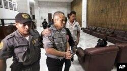 Pedro Rios Pimentel được đưa ra khỏi Tòa án Tối cao tại Thành phố Guatemala, ngày 12/3/2012