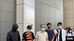 部份被拘留深圳港人家屬9月21日到香港警察總部報案(左起)鄧棨然弟弟鄧先生、李子賢父親李先生、鄭子豪父親鄭先生、民主派立法會議員朱凱迪、本土派社運人士鄒家成。(美國之音湯惠芸)