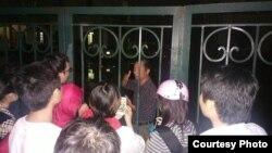 Blogger Nguyễn Tường Thụy ra thông báo ông Lê Quốc Quyết, em trai luật sư Quân, bị đánh đập một cách tàn bạo.