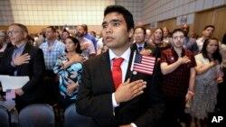 지난해 18일 미국 보스턴의 공공 도서관에서 열린 귀화식에서 이민자들이 '국기에 대한 맹세(Pledge of Allegiance)'를 하고 있다. (자료사진)