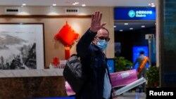 世衛組織新冠病毒源頭調查組專家組成員,丹麥科學家彼得·本·安巴雷克(Peter Ben Embarek)離開武漢時在機場揮手。 (2021年2月10日)