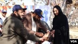 د ګوزڼ ټیم افغان ماشوم ته د واکسین ورکولو پرمهال