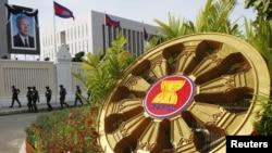 柬埔寨舉行東盟首腦會議﹐安保人員在一座大樓前巡邏
