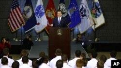 Ứng cử viên tổng thống Đảng Cộng hòa Mitt Romney đọc diễn văn về chính sách đối ngoại tại Học viện Quân sự Virginia ở Lexington, 10/8/12