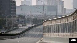 Sebuah jalan utama di Kota Wuhan, tampak sepi karena banyak orang memilih tinggal di rumah dan menghindari bepergian karena wabah corono virus yang merebak di kota di Provinsi Hubei, China, Rabu, 29 Januari 2020. (Foto: AFP)