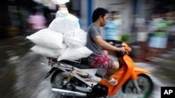 سیلاب های اخیر در تایلند هزاران تن را فراری ساخته است