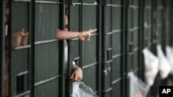Internos de una cárcel en el centro de Los Angeles. Se pide que se investiguen violaciones a los derechos humanos.