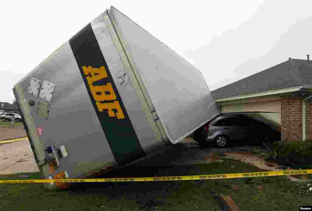 Xe chở hàng bị lốc xoáy thổi bay vào một căn nhà ở thành phố Cleburne, tiểu bang Texas Hoa Kỳ, và đè lên chiếc xe của nhà. Ít nhất 6 người chết trong trận lốc xoáy.