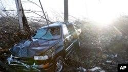 Escombros de un auto donde murió una pareja de hispanos, Antonio Izaguirre, de 70años , y su esposa, Ann Yzaguirre, de 69, durante las severas tormentas que azotaron en Tennessee.