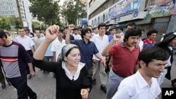2009年7月10日维吾尔抗议者在乌鲁木齐市举行游行,遭到警察阻拦