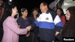 Foto distribuida por la presidencia de Venezuela, que muestra el arribo del presidente Hugo Chávez al aeropuerto Simón Bolivar, la maduragada del jueves 26 de abril de 2012.