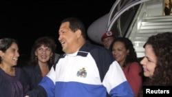 Chávez arribó a territorio venezolano hacia las 10 de la noche, hora local, y al bajar del avión afirmó haber llegado a tiempo para celebrar el día de la madre.