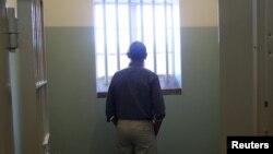 奧巴馬總統站在曼德拉曾被關押的牢房窗前