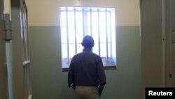 오바마 대통령이 만델라 전 대통령이 수감됐던 감방에 서 있다.