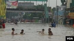 Banjir di daerah Kampung Melayu, Tebet, Jakarta Selatan,13 Januari 2014 (Foto: dok).