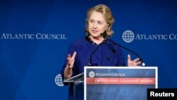 La ex secretaria de Estado Hillary Rodham Clinton recibió el 1 de mayo el Premio al Liderazgo Distinguido que entrega el Consejo Atlántico.